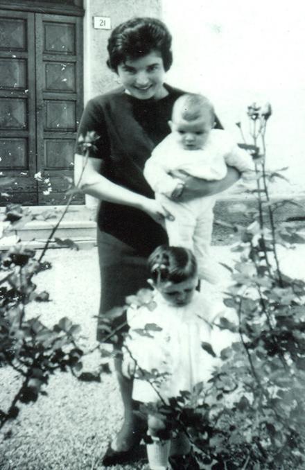 Sandra Sabattini da bambina con la mamma davanti la Chiesa Madre del Bell'Amore a Misano Cella