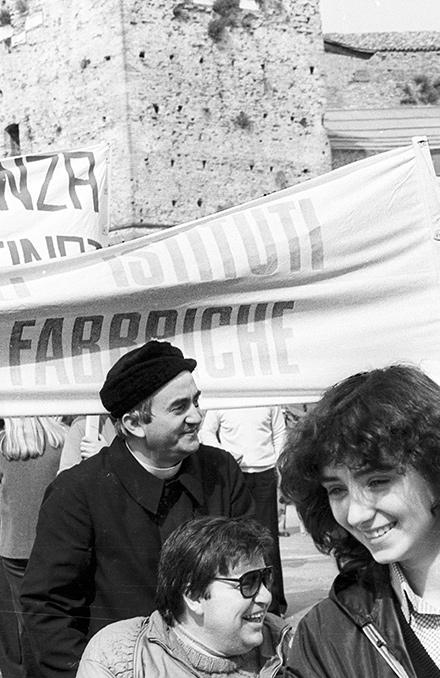 Sandra Sabattini a 18 anni con don Oreste Benzi a manifestazione per disabili